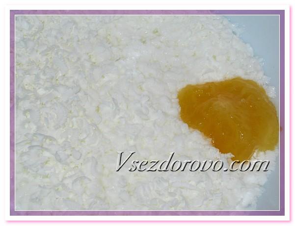 Натираем на терке детское мыло, добавляем мед и молоко