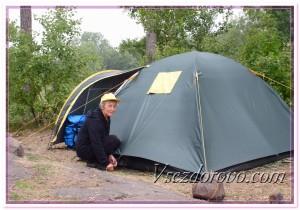 Пожилая женщина возле палатки фото