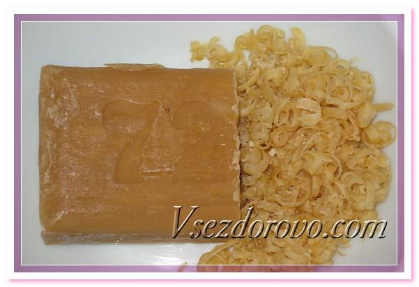 Натираем на терке хозяйственное мыло
