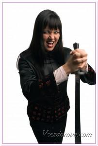 Рассерженная женщина с мечом фото
