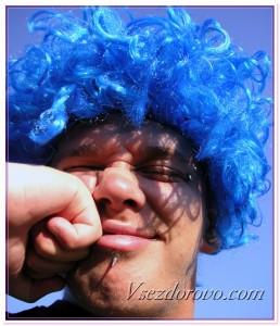 Мужчина с пирсингом в синем парике фото