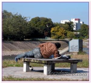 Пьяный мужчина лежит на лавочке фото