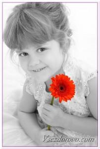 Девочка с красным цветком фото