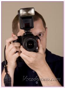Мужчина с фотоаппаратом фото