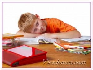 Мальчик и учебники фото