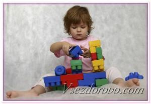 Ребенок и конструктор лего фото