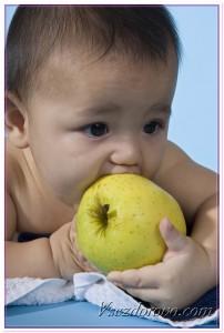 Ребенок и яблоко фото