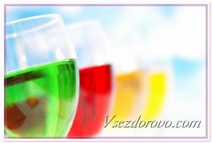 Бокалы с разноцветными напитками фото