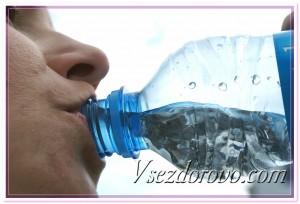 Женщина пьет минеральную воду фото