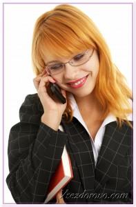 Девушка с мобильным телефоном фото