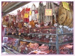Прилавок с мясными продуктами фото