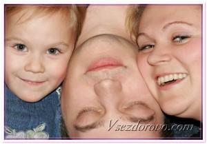Парализованный человек и его родные фото