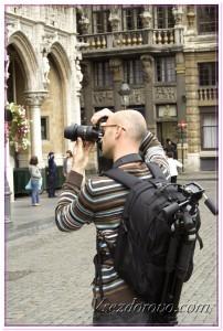 Мужчина фотографирует достопримечательности