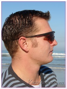 Мужчина в очках на пляже фото