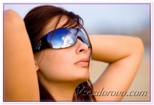 Девушка в солнцезащитных очках фото