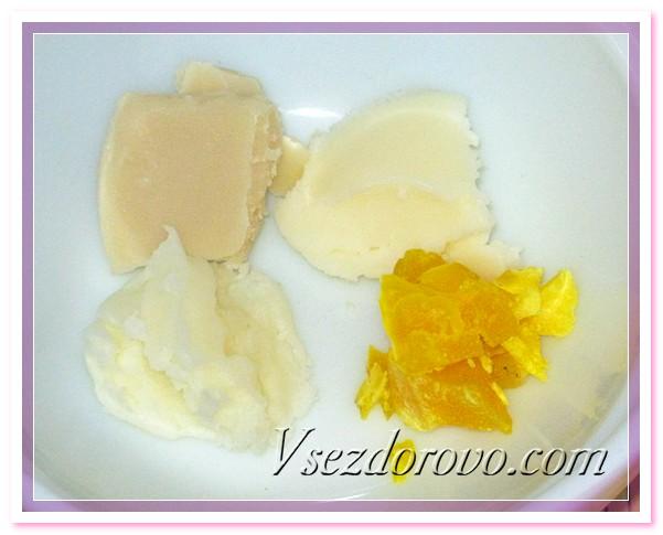 Растапливаем на водяной бане пчелиный воск, масло какао, масло ши и масло кокоса
