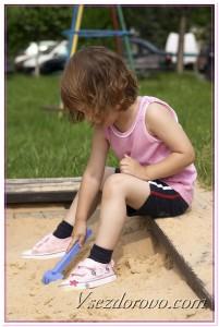 Девочка в песочнице фото