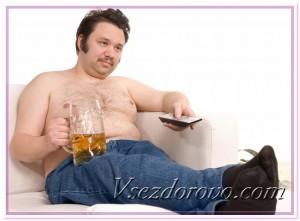 Мужчина на диване пьет пиво фото