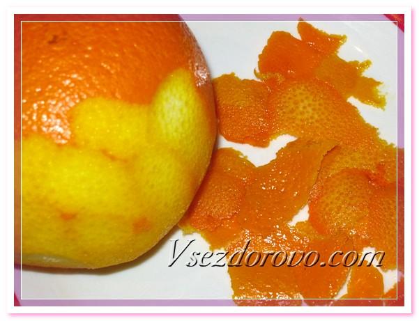 С апельсина срезаем тонкую кожицу