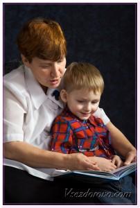 Бабушка и внук читают книгу фото