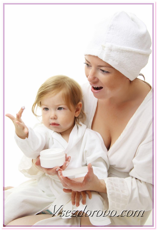 Женщина, ребенок и детский крем фото