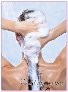 Девушка моет волосы шампунем фото