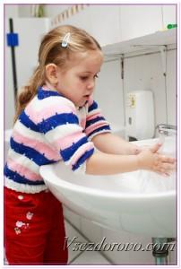 Девочка моет руки фото