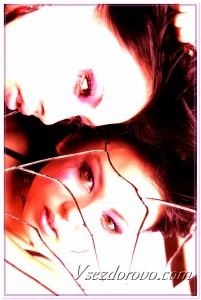 Девушка и разбитое зеркало фото