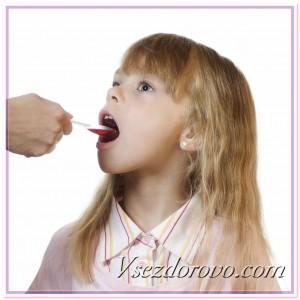 Девочка пьет лекарство фото