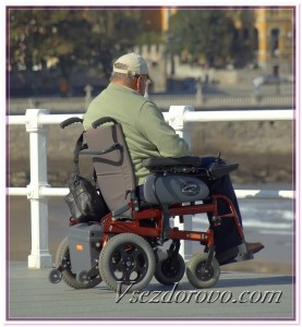 Мужчина в инвалидном кресле фото