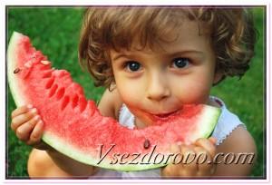 Ребенок ест арбуз фото