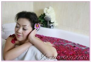 девушка принимает ванну с лепестками роз