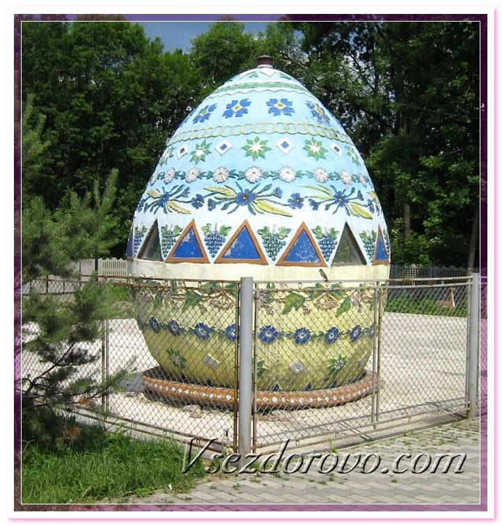 Большое пасхальное яйцо возле АЗС фото