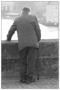 Одинокий старик фото