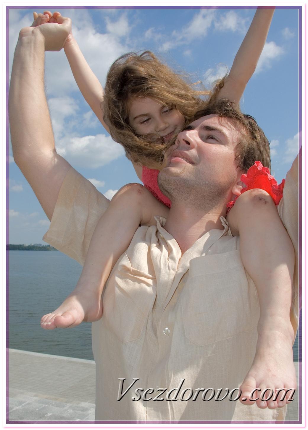 Пока дочка спит отец снял трусы и по-тихому трахнул ее подругу