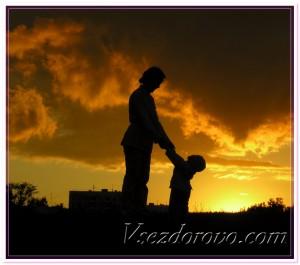 Мать и ребенок на фоне заката