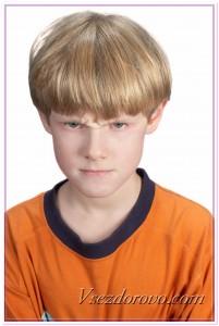 Сердитый мальчик фото