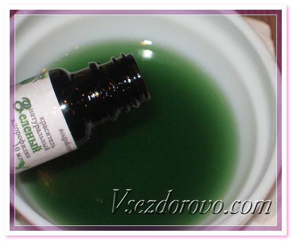 добавляем в смесь гидролатов немного натурального зеленого красителя – раствор хлорофиллина