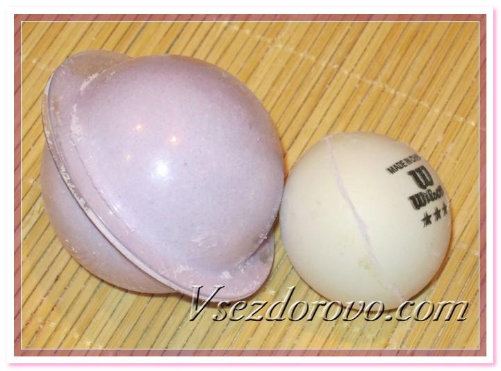 В качестве формочек очень удобно использовать разрезанные пополам теннисные шарики.