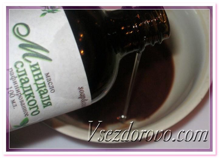 В шоколадно-масляную смесь добавляем масло сладкого миндаля