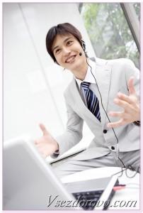 мужчина общается по ip-телефонии
