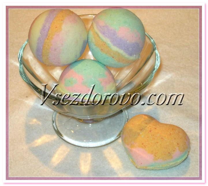 Из разноцветных остатков смеси можно сделать полосатые бомбочки.