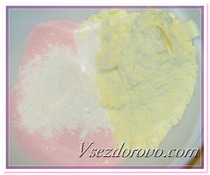 Смешиваем компоненты для бомбочек – подкрашенную соду, лимонную кислоту и сухое молоко