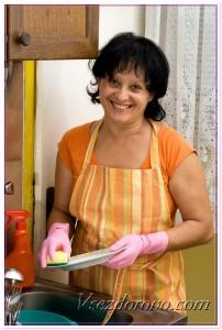 Женщина моет посуду фото
