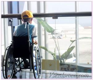 мальчик в инвалидном кресле в аэропорту