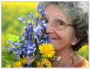 Пожилая позитивная женщина фото