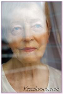 пожилая женщина в окне