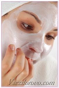 девушка наносит питательную маску на лицо