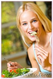 молодая девушка красивая ест салат