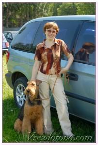 женщина с собакой возле минивена